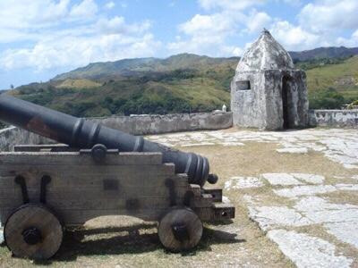 1800年代のはじめ、スペインの交易船を海賊から守るためウマタック湾の高台に建てられた3方に横長の監視窓があるソレダッド砦のトーチカ。当時7基の大砲が置かれていたが今は3基のみでいずれもレプリカ。