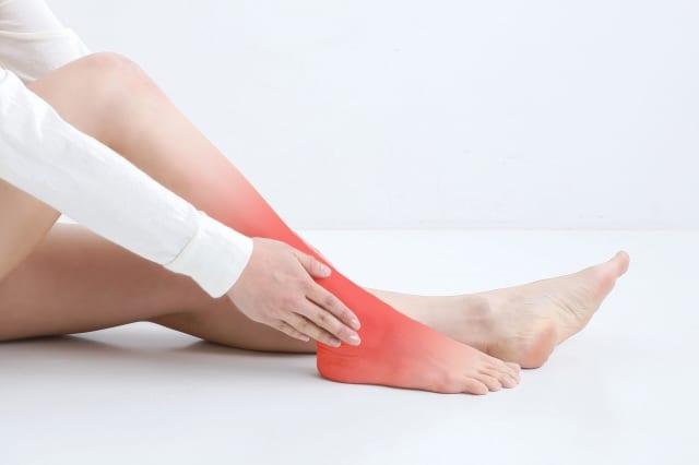 ヘルニア・狭窄症・坐骨神経痛 しつこい足の痛み・しびれを改善するには『すねの外側』をゆるめる【川口陽海の腰痛改善教室 第29回】