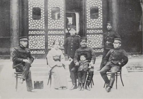 着物姿の女性が多美、官邸で長男を交えた記念撮影