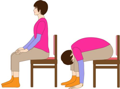 膝の間に頭を入れるようにして、上半身を前に倒していきます。