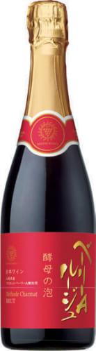 酵母の泡 ベーリーA ルージュ 720ml、希望小売価格1700円(税別) マスカット・ベーリーAらしい苺やさくらんぼの赤い果実の香りが特徴的。甘みと柔らかい酸味が調和する。女性審査員によるサクラアワード2019でゴールド受賞。ワイン初心者の女性にも向く、親しみやすい味わい。
