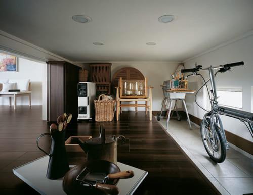 (上) 大収納空間『蔵』は玄関からも行きやすく、外から荷物も運びやすい。空間を区切る『蔵引戸収納』は棚を装備し、インテリア性も高い。