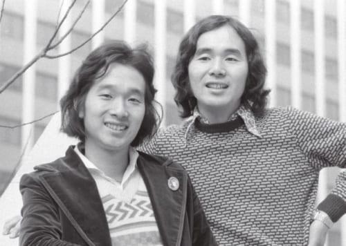 デビュー曲『白いブランコ』を出した頃。この時、孝さん(左)24歳、進さん(右)21歳。当時、兄弟デュオも、自分たちで曲を作るスタイルも珍しかった。(C)共同通信