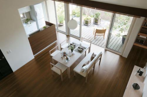 LDKをワンフロアにし、天井を高くすることで開放感のある空間を創出する。3間幅(約5.4m)の掃き出し窓がリビングと庭をつなぐ。