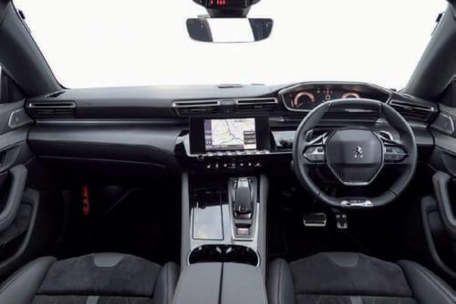 実用的で美しいプジョー独特の運転席。スピードメーターなどの計器盤が見やすいように、ハンドルの上端は直線的に設計されている。