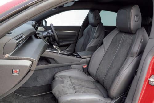 前席の座面、背もたれは大きく、座ると太ももから背中にかけて包みこまれるようだ。