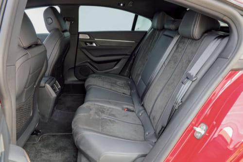後席の着座位置は高めで前方視界がよい。頭上はやや圧迫感があるが足元は広い。