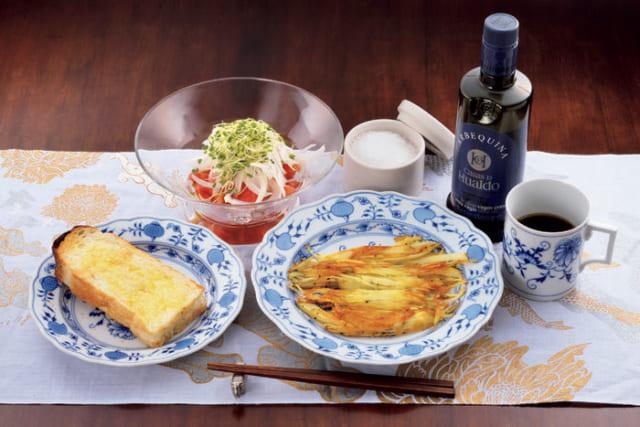 前列中央から時計回りに、じゃがいものガレット、玄米パンのトースト、トマトサラダ(玉葱・ブロッコリースプラウト)、天日海塩とオリーブオイル(共に『アンズテーブル』電話:090・3488・0186)、コーヒー。玄米パンはトーストするだけで充分に美味なので、バターやジャムはつけない。ガレットとトーストの器、コーヒーのマグカップは、ドイツのマイセンを愛用。トマトサラダは海塩とオリーブオイルでいただく。