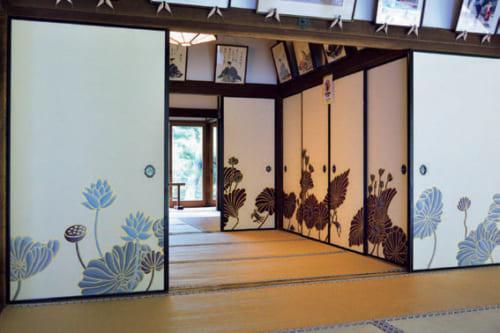 京都・粟田口の青蓮院門跡(電話:075・561・2345)の襖に木村さんが描いた「蓮三部作」。庭園に面した座敷には「青の幻想」(下写真の手前)、その隣の部屋には「生命賛歌」(下写真の奥)、一番北の座敷には「極楽浄土」(上写真)と名づけられた蓮が咲く。
