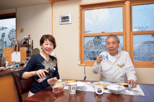 朝5時前には起床し、朝食は8時頃。「夫婦ふたりなので、簡単な献立です」と、木村英輝・知位子夫妻。窓ガラスの絵は北方の守護神である亀。もちろん原画は木村さんだ。
