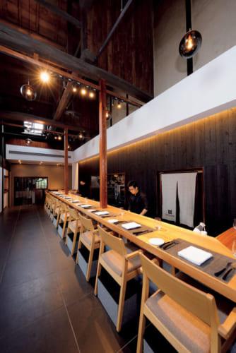 朝食場所の「レストラン ルアン」は、酒蔵時代は土間だった。12人掛けのカウンターテーブルには、吉野杉の一枚板を使用。