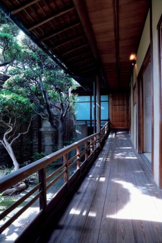 客室「KANOTO(かのと)」の廊下。中庭に面し、庭に向き合うように設けた座禅コーナーがあり、ひとり客に好評という。