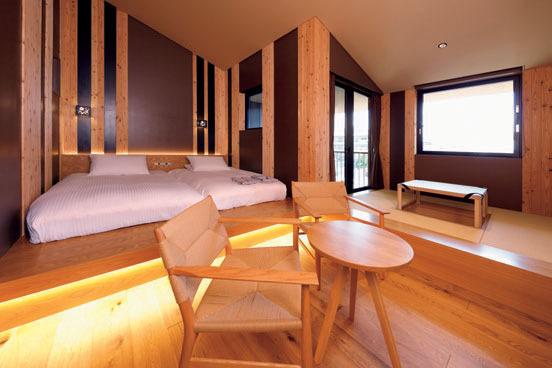 ハリウッドツインのベッドを配した和洋スタンダード「蘇芳(すおう)」。吉野杉を贅沢に使った内装。