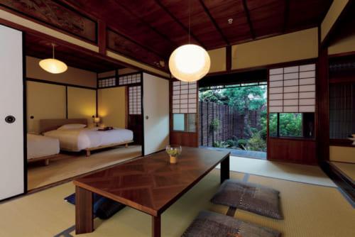 客室「KINOE(きのえ)」。10畳間とツインベッドの洋間がある。1泊2食付きひとり3万8000円~。床の間を設しつらえた日本家屋らしい佇まい。檜風呂付き。