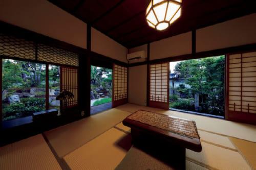 富本の書斎をほぼ往時のままに残した客室「日新」。和洋の2間。