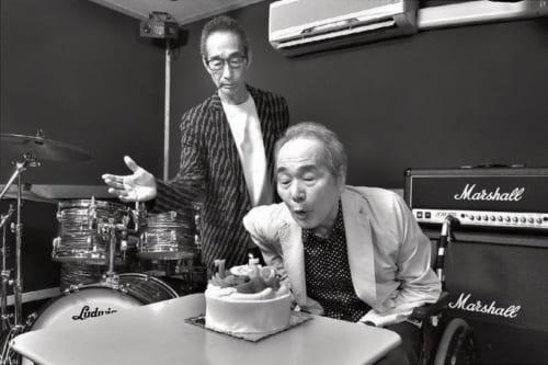 撮影のこの日は、偶然、孝さんの75歳の誕生日だった。弟の進さんに見守られ、孝さんは少し照れながらロウソクを吹き消した。