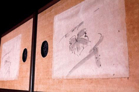 和室の天袋を飾るのは、富本が描いた4枚のエビヅルのスケッチ。