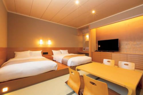 和の趣とベッドの利便性を備えたジュニアスイート。1泊2食付きひとり2万6000円~。