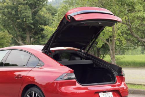 508は4ドアではなく、後部にも大きな扉をもつ5ドア。車を生活道具と考えるフランス人は、上級車でも荷物の搭載量を求める。