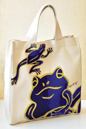 躍動感ある蛙が描かれた大判トートバッグ(縦40×横36×マチ8.5cm、1万1800円)。ショルダーベルト付きで、特に男性に人気だ。