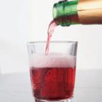 鮮やかな赤色。酵母由来のきめ細やかな泡が長く続く。ワイン用グラスを必ずしも用意する必要はない。家にあるコップなどでも気軽に楽しめる