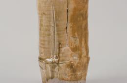「黄瀬戸竹花入」 荒川豊蔵 昭和33年(1958) 愛知県陶磁美術館 (川崎音三氏寄贈)