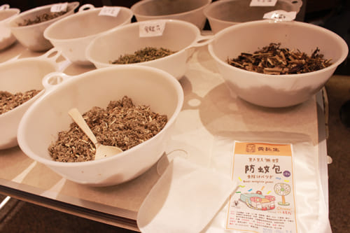 老舗漢方薬店と漢方防虫剤DIYのワークショップを開催。参加者には台湾の若者たちも多い