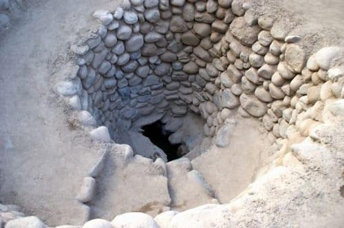 底のほうまで丁寧に石が並べられている