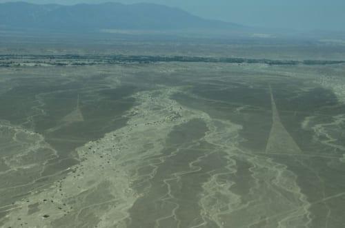 ナスカ地上絵フライトの機上から眺めたナスカ平原。鉄砲水の跡だろうか、かつてそこを多量の水が流れたであろう痕跡がいくつも残っている。特筆すべきは、その痕跡を避けて、もしくは水が押し寄せないであろう場所を選んで地上絵が描かれていることだ。空を飛ぶ方法がなかった時代に、どうやってこの全容を把握したのだろうか