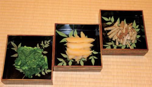 上写真左にある、四季蒔絵重引の三段の中身は右からたたき牛蒡、数の子、菜の花。