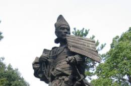 西国出陣を前にわずかな供回りだけで上洛した信長。清州公園(愛知県清須市)に立つ信長像。