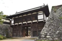 仙石秀久の時代に築かれた小諸城大手門(国重要文化財)