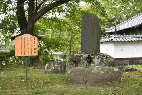 小諸城に入城した徳川秀忠が腰かけた「憩石」