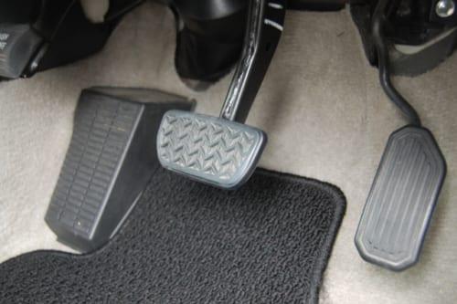 高齢ドライバーに多発するブレーキとアクセルの踏み間違いは予防できる|『【図解】「ペダルの踏み間違い」はこれで防ぐ』