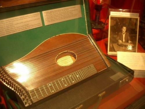 アントン・カラスが映画のテーマ曲の録音に使った実際のチター