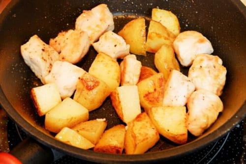 フライパンにサラダ油を熱し、じゃがいも、鶏肉を入れ、ふたをし、やや中火で20分加熱する