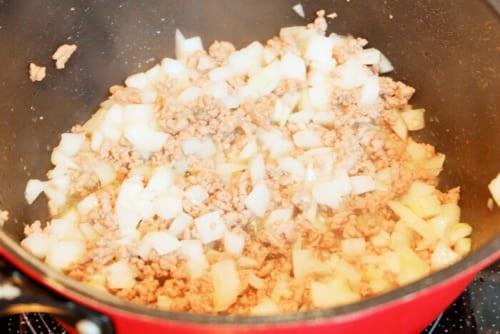 ひき肉にある程度火が通ったら玉葱を入れ、さらに数分炒める