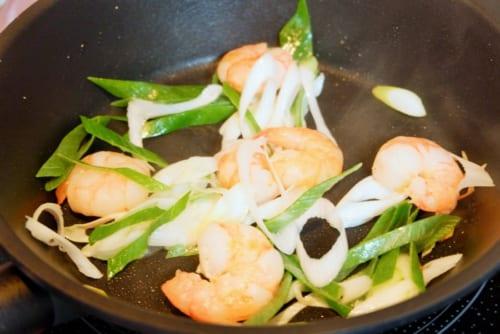 フライパンにサラダ油を薄くひき、海老を炒める。色が変わったら長葱を加えさらに炒める