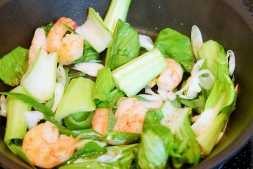 3に青梗菜の茎を加え炒めたら、葉も加える