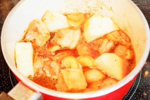 長芋・生姜を加え軽く炒め、弱火にする。★の調味料を加え落としぶたをし、20分煮込む