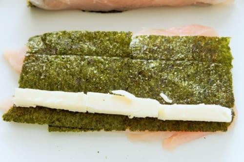 ささみの上に、焼き海苔、棒状に切ったチーズを乗せる