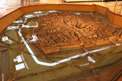 市壁のあったころのウィーンの模型。左のOperと書かれた部分に、現在の国立オペラ座が建設されました