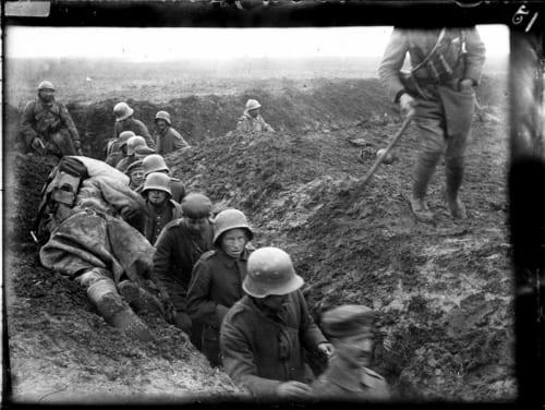 戦場からフランス兵に連行されるドイツ兵捕虜。場所不明。1916 –1918頃。 (C)Collection Mémorial de Verdun