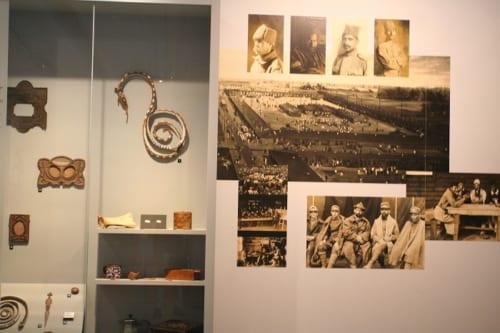 捕虜が作ったオブジェと捕虜の写真