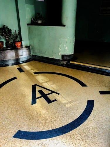 アマイロンアパート。エントランスホールに残るLとAのマーク。1941年。上海市徐匯区高安路14号