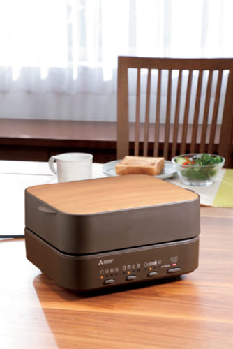 トーストの焼き加減は5段階、焼き時間は2~3分。冷凍の食パンも焼き加減の選択ができ、焼き時間は3~5分。食パンの厚みは、8枚切り(約15mm)~4枚切り(約30mm)まで対応。消費電力930W。幅270×高さ140×奥行き223mm(本体)、幅192×高さ44×奥行き142mm(庫内)、約3.1kg。実勢価格3万5000円前後。電話:0120・139・365