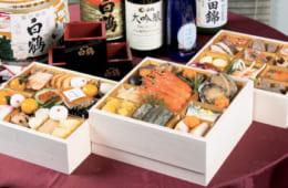 スパークリングや大吟醸など白鶴の5種の日本酒でおせちを満喫。サライの特製おせち三段重「令月微酔」2万5000円。二段重「寿春風和」1万8000円(ともに税別、4人前)。申し込みは12月25日まで、お届けは12月30 日。電話:0120・04・7744