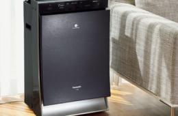 ハウスダストやニオイ、湿度など各種のセンサーで部屋の状態を検知、環境に合わせて自動運転をする。湿 度設定は「高め」「標準」「控えめ」の3段階。空気清浄は40畳まで、加湿のみは15~24畳。加湿空気清浄は 35畳まで。消費電力5.5~88W。高さ640×幅398×奥行き268mm、11.8kg。実勢価格10万円前後。電話:0120・878・698