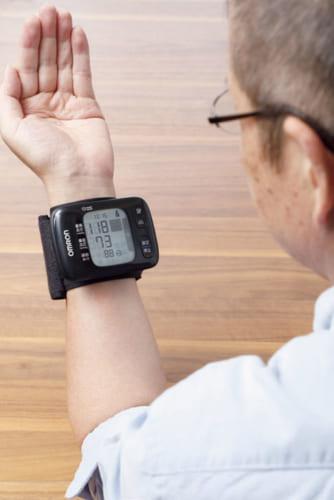 手首式の本機で血圧を正確に測るには、手首を心臓の高さに持ってくることが大切。正しいやり方で測れば、上腕式と変わらない正しい計測ができる。