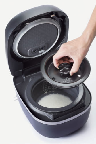 1合炊きのときは中ぶたを入れることで炊飯空間を最適化、米に熱を均等に伝え、香りが高く、深い甘みのあるご飯を炊き上げる。